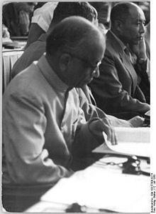 220px-Bundesarchiv_Bild_183-57000-0274,_Berlin,_V._SED-Parteitag,_3.Tag